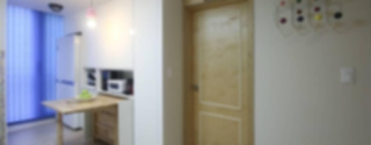 북카페  거실 인테리어: 홍예디자인의  다이닝 룸