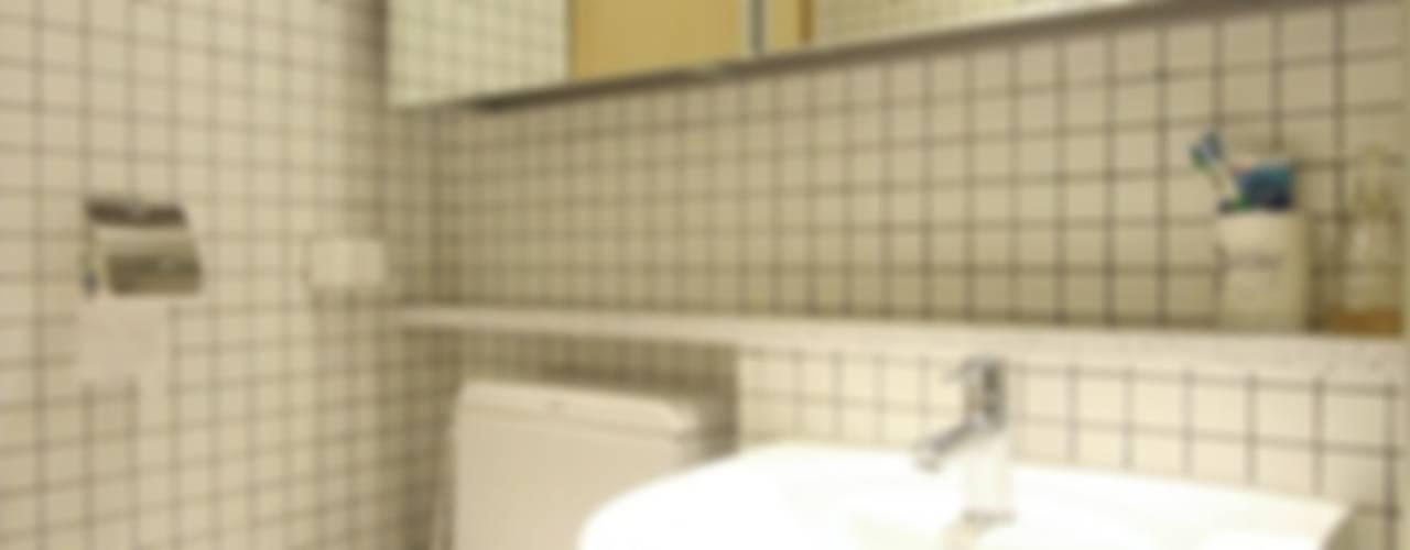 북카페  거실 인테리어: 홍예디자인의  욕실,모던