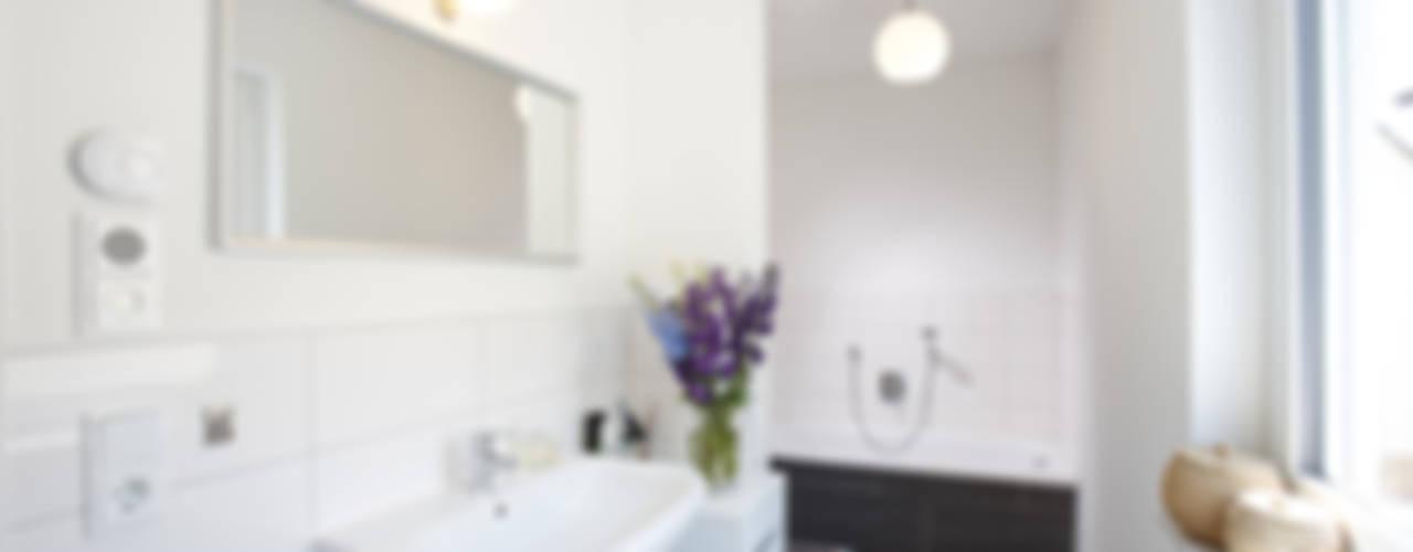 HOCH HINAUS - frei geplantes Kundenhaus Minimalistische Badezimmer von FingerHaus GmbH - Bauunternehmen in Frankenberg (Eder) Minimalistisch
