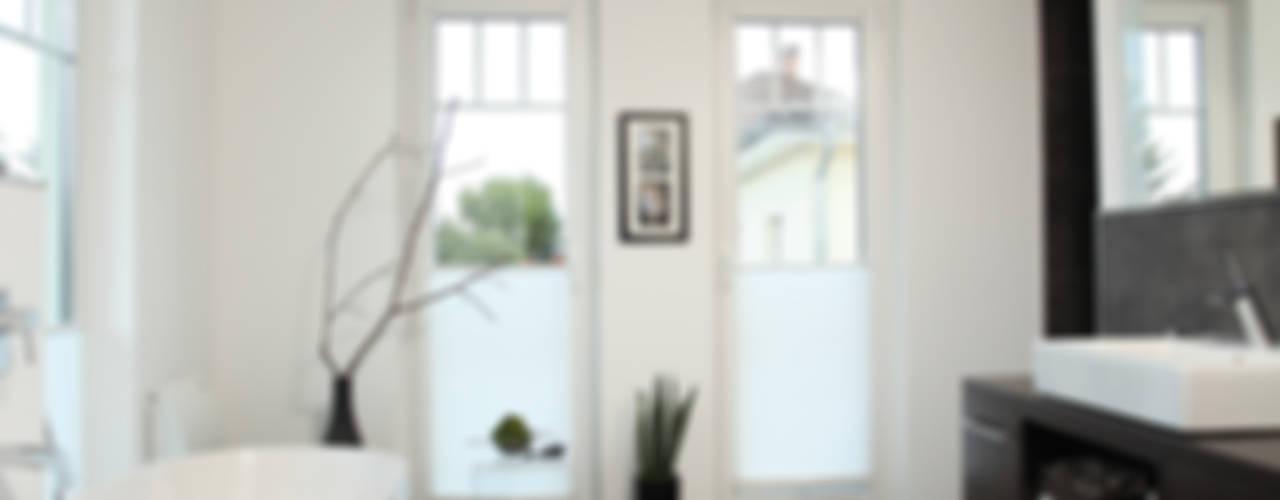 Banheiros modernos por FingerHaus GmbH - Bauunternehmen in Frankenberg (Eder) Moderno