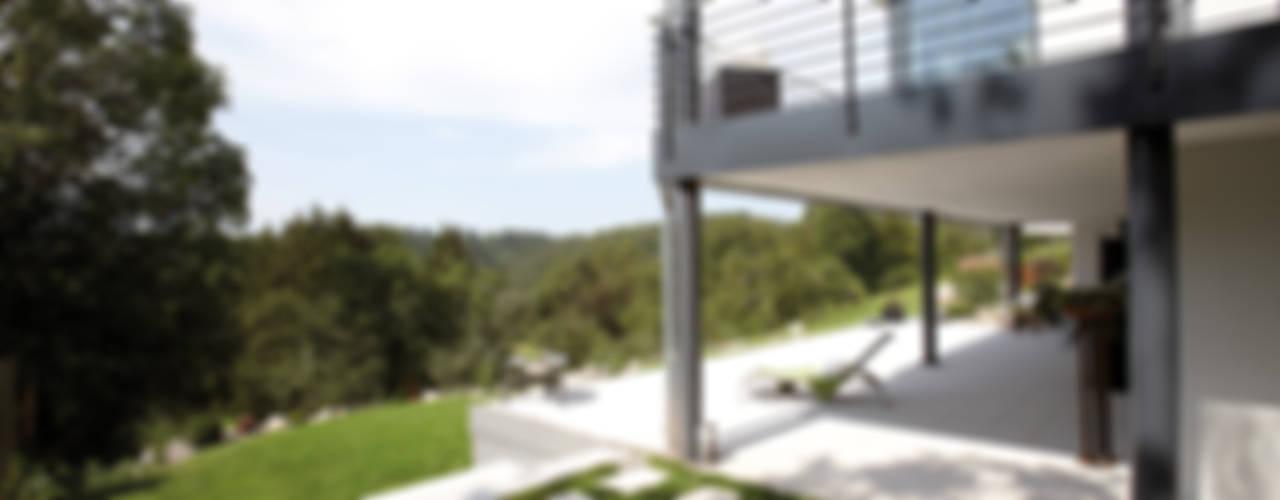 Balcones y terrazas modernos: Ideas, imágenes y decoración de FingerHaus GmbH - Bauunternehmen in Frankenberg (Eder) Moderno
