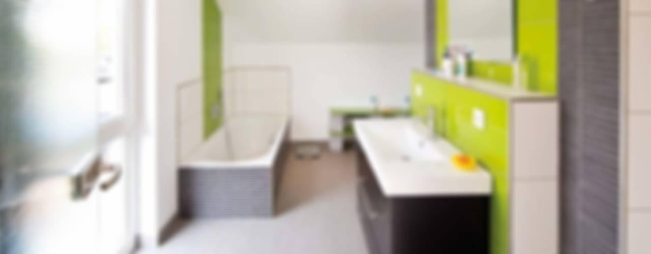 SCHÖNE AUSSICHT - frei geplantes Kundenhaus Moderne Badezimmer von FingerHaus GmbH - Bauunternehmen in Frankenberg (Eder) Modern