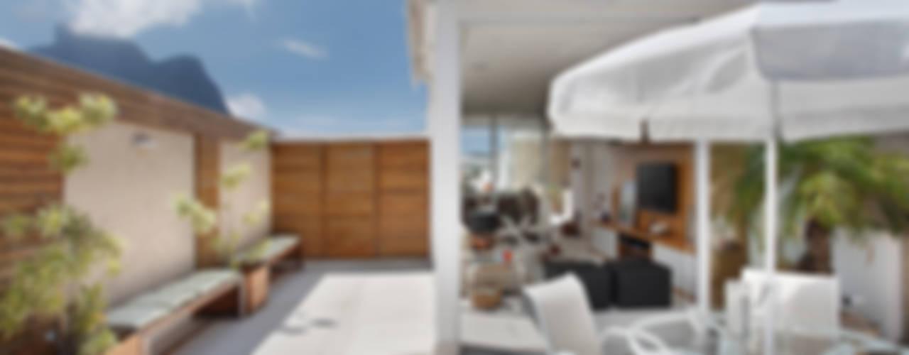 Balcones y terrazas modernos: Ideas, imágenes y decoración de Carolina Mendonça Projetos de Arquitetura e Interiores LTDA Moderno