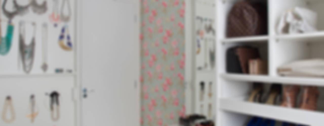 Vestidores de estilo  por Carolina Mendonça Projetos de Arquitetura e Interiores LTDA,