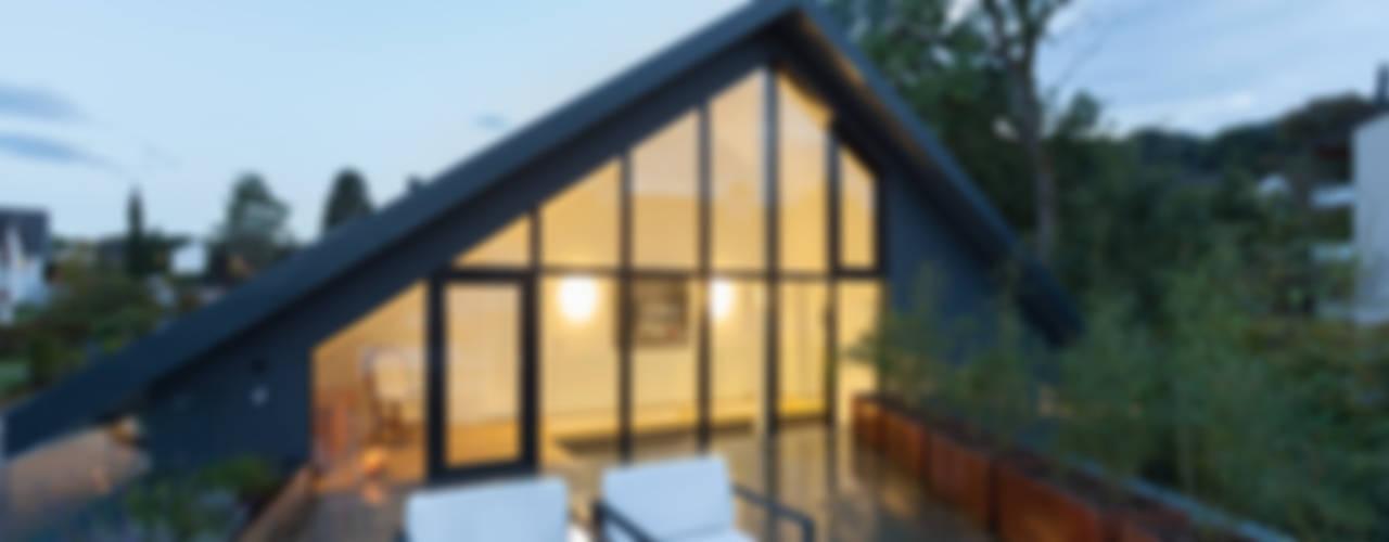 Balcones y terrazas modernos de von Mann Architektur GmbH Moderno