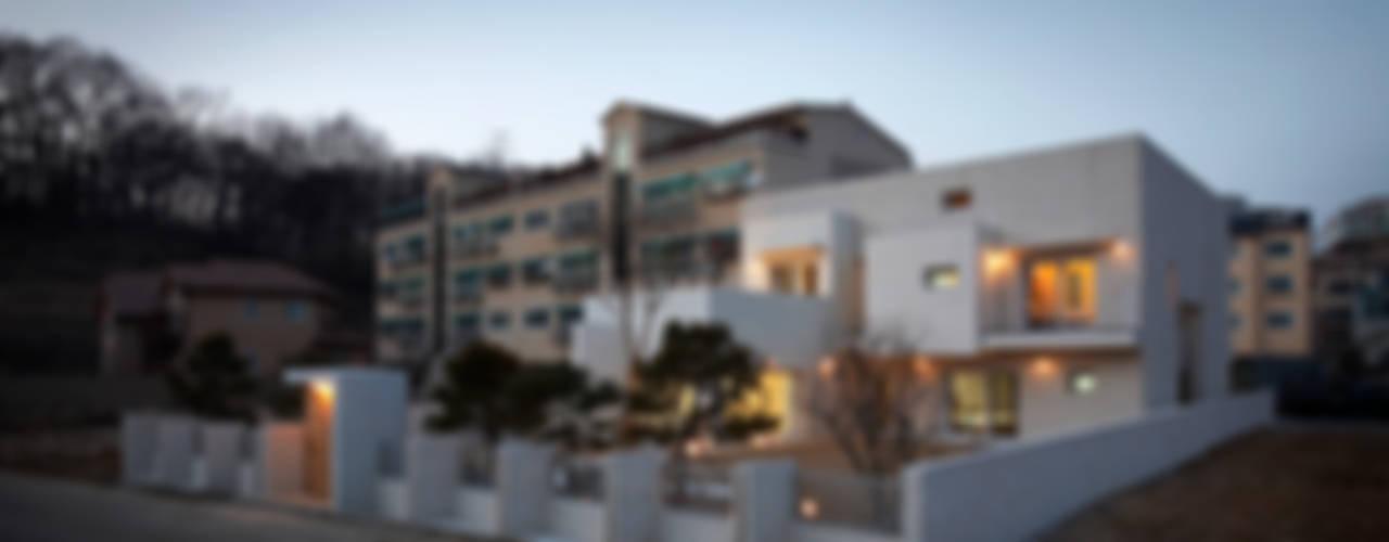 Casas modernas de (주)건축사사무소 아뜰리에십칠 Moderno