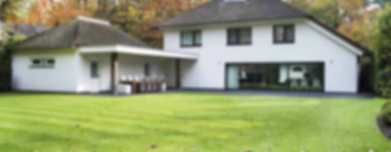Eigentijds wonen in een rietgedekte villa:  Huizen door Lab32 architecten,