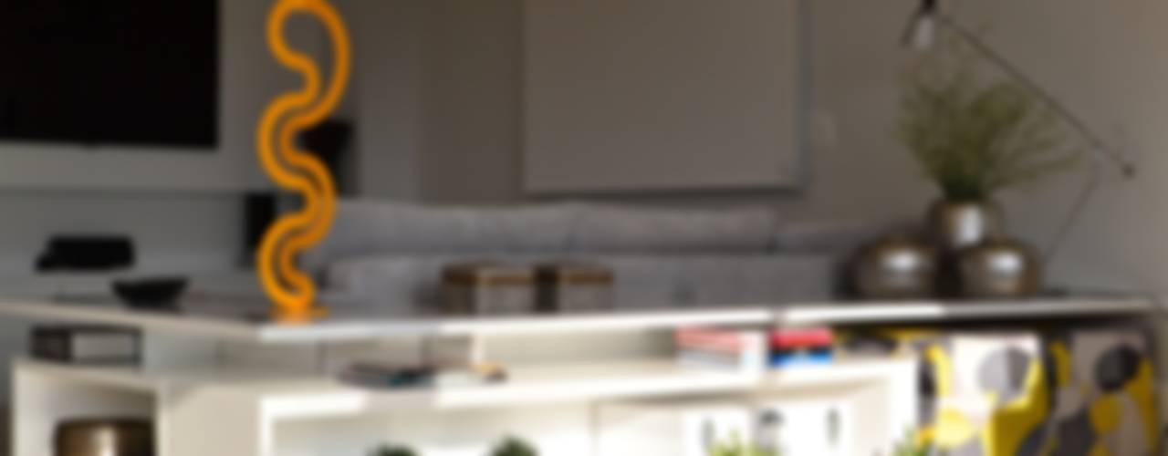 Apartamento para um jovem casal em tons de cinza:   por Helô Marques Associados