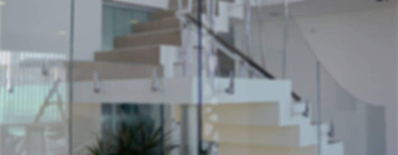 Diseño de Autor: Pasillos y recibidores de estilo  por Postigo design