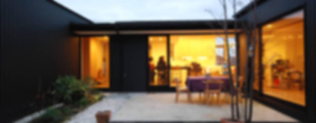 いきいきとした家族の生活シーンを生む中庭「いわきの家」 モダンな庭 の 一級建築士事務所A-SA工房 モダン