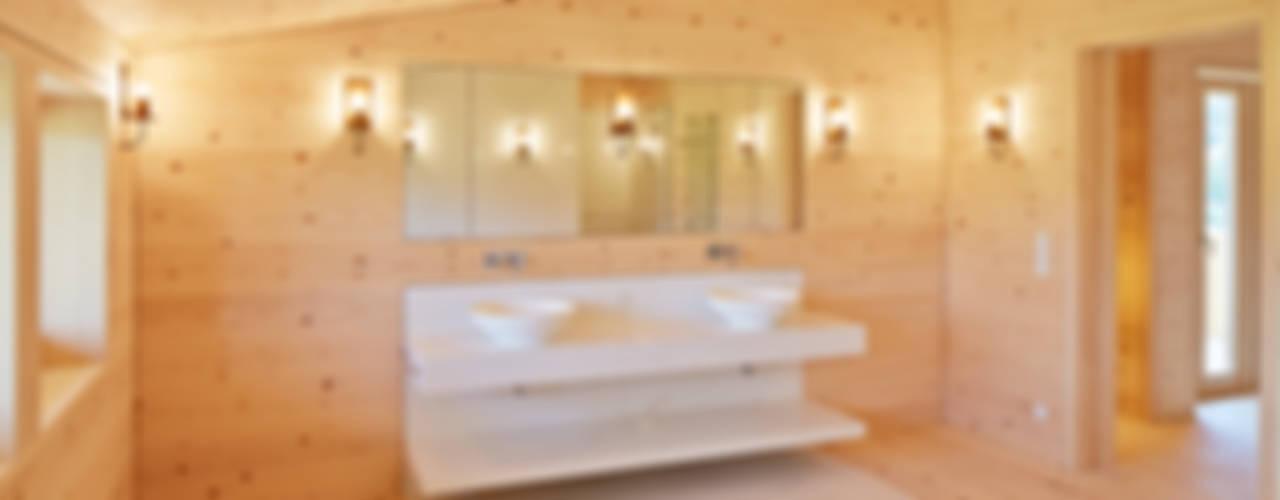 Bauernhof am Mondsee Badezimmer im Landhausstil von SilvestrinDesign Landhaus