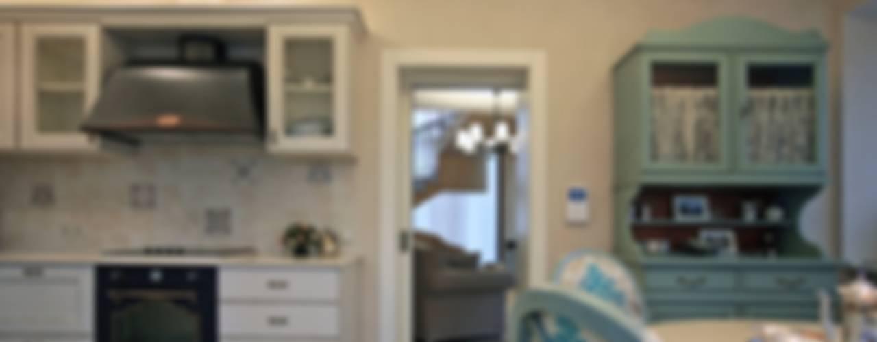 пос. Николина гора, Рублево-Успенское шоссе: Столовые комнаты в . Автор – Дизайн-студия интерьера 'ART-B.O.s',
