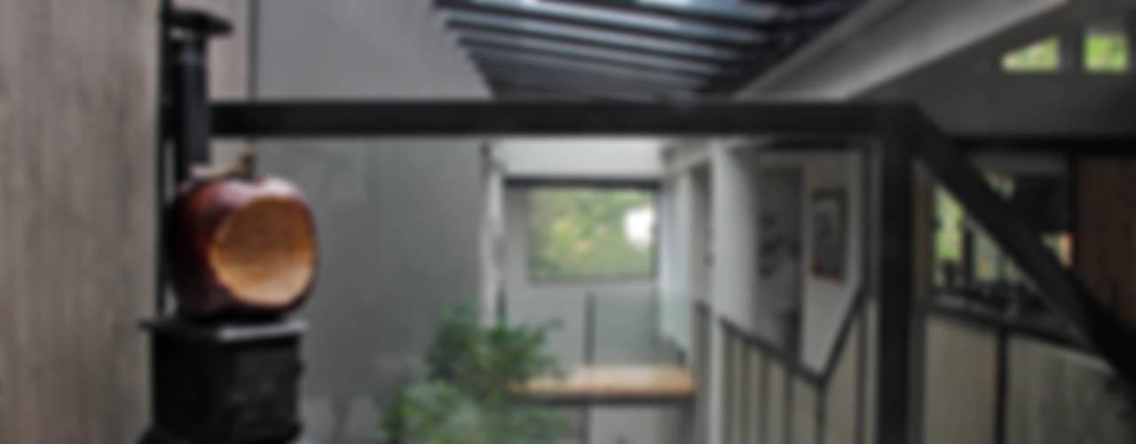 Casa GS Pasillos, vestíbulos y escaleras modernos de Iluminarq Moderno