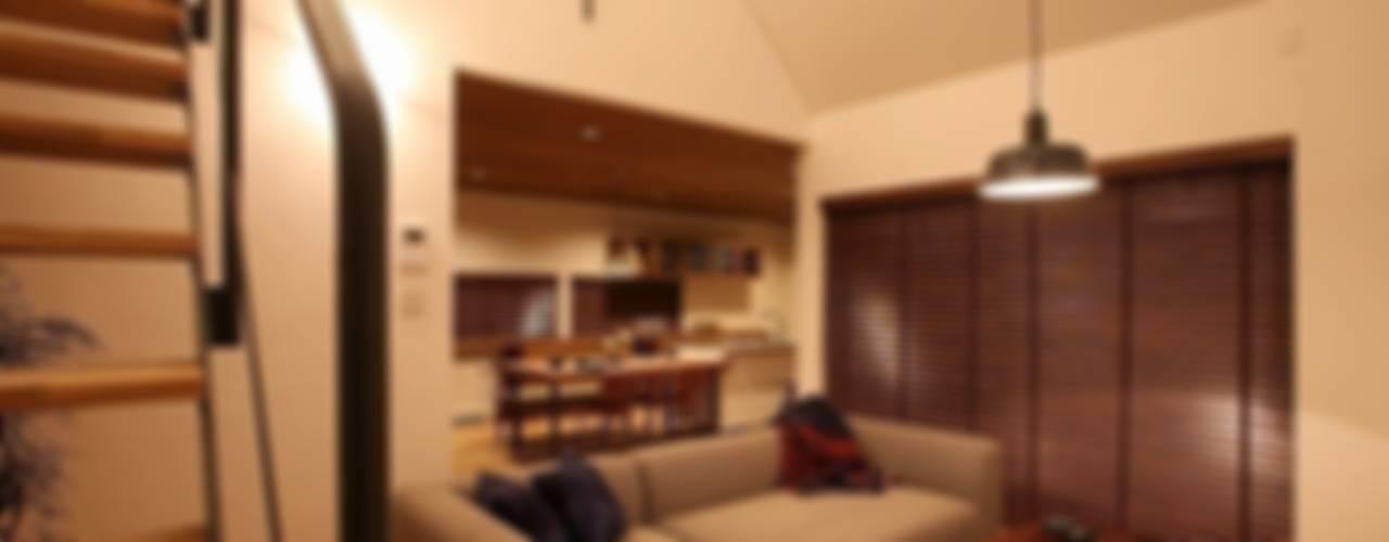 Moderne woonkamers van zuiun建築設計事務所 / 株式会社 ZUIUN Modern