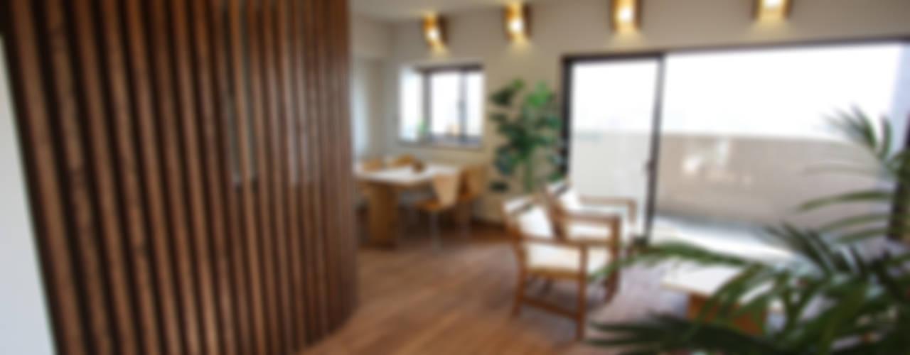 縦格子間仕切のある家 モダンデザインの リビング の 遠藤浩建築設計事務所 H,ENDOH ARCHTECT & ASSOCIATES モダン
