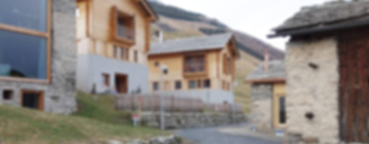 Zwei Häuser in Leis -Vals, CH Moderne Häuser von Simona Pribeagu Schmid, dipl. Architektin AAM Modern