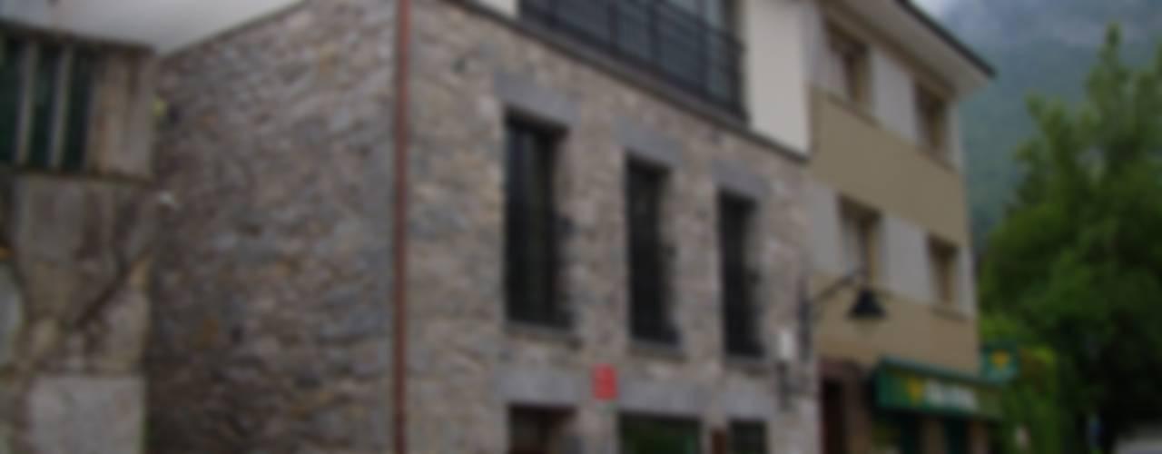 REHABILITACIÓN DE BAJOCUBIERTA Y FACHADA - Campo Caso (Asturias) Casas de estilo ecléctico de ESTUDIO DE ARQUITECTURA 4TRAZOS Ecléctico
