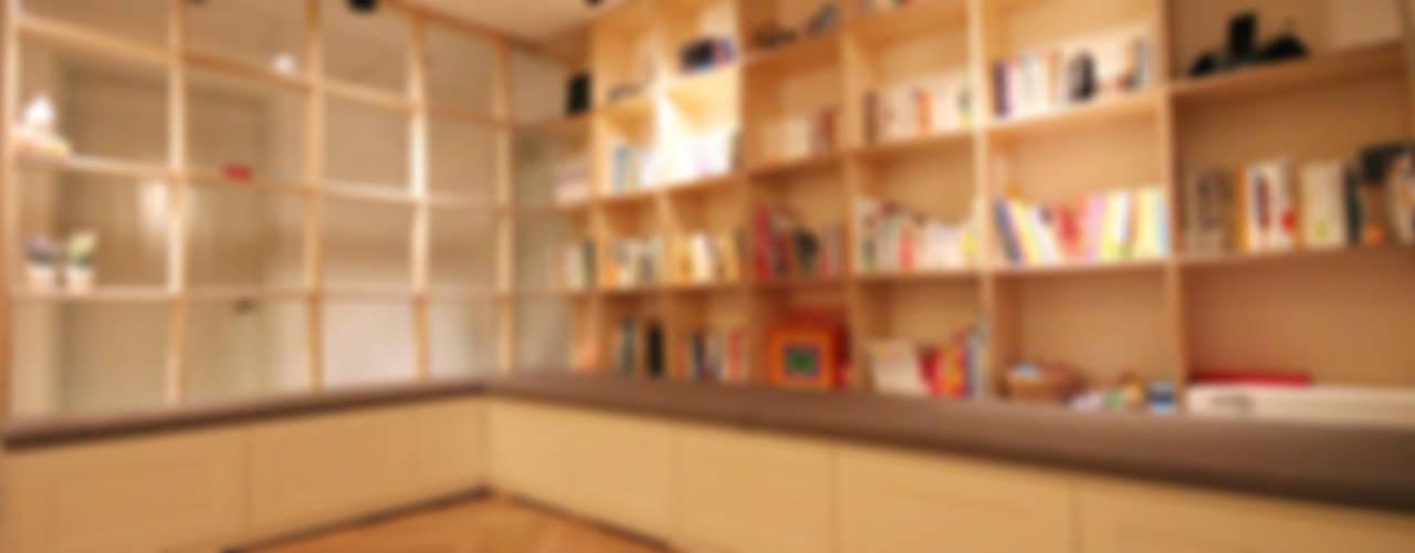 서재를 거실로, 거실을 서재로 모던스타일 거실 by 앤드컴퍼니 모던