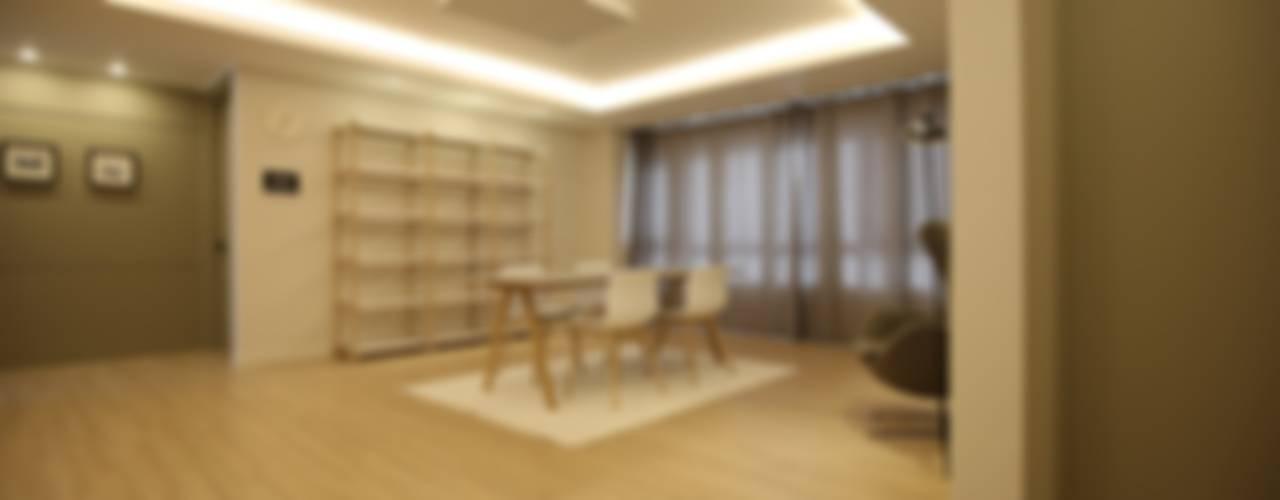 심플한 라이프 스타일의 아파트: 1204디자인의  거실