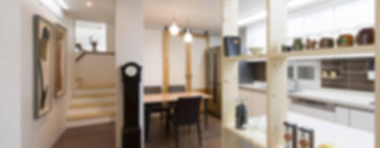 가족만의 아담한 식사공간과 2층으로 올라가는 계단: 비에스디자인건축사사무소의  거실