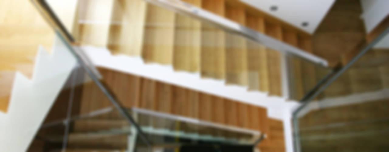 La Pobla: Un viraje de clásico a vanguardista Pasillos, vestíbulos y escaleras de estilo minimalista de Chiralt Arquitectos Minimalista