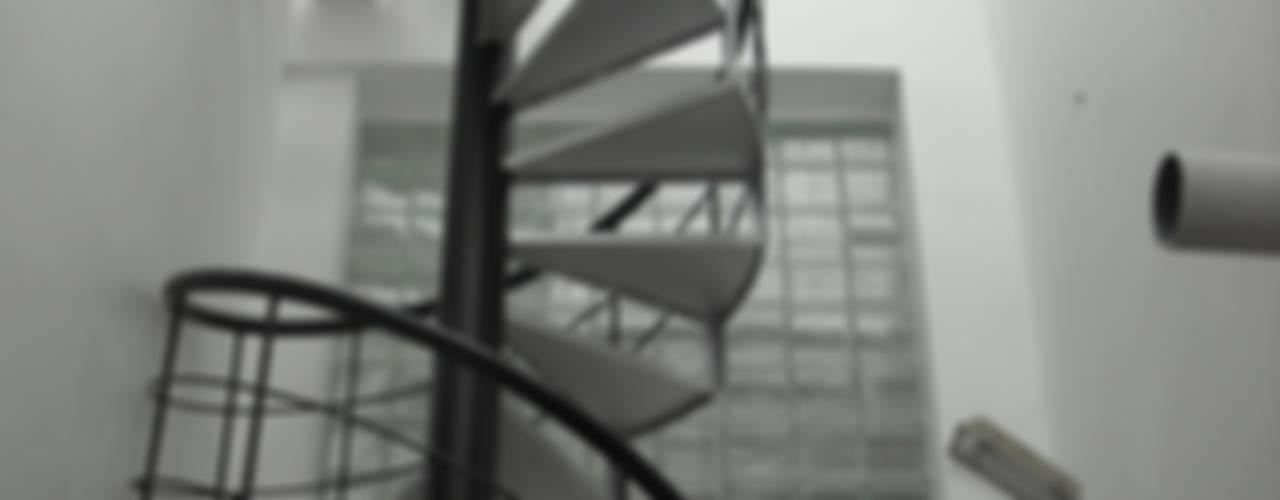 DR.BALAMURUGAN RESIDENCE Modern corridor, hallway & stairs by Muraliarchitects Modern