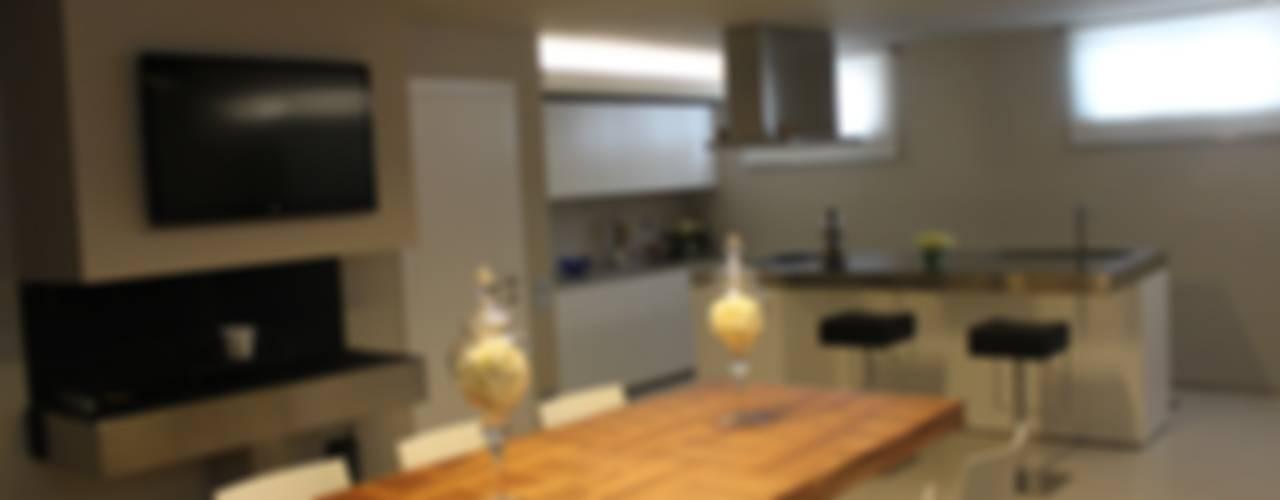 VILLA IN COLLINA Sala da pranzo moderna di MATTEONOFRINTERIORDESIGNER Moderno