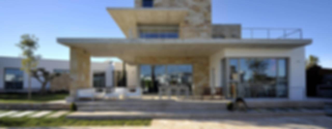 PORTICUS. Érase una vivienda a un porche pegada. Casas de estilo mediterráneo de Chiarri arquitectura Mediterráneo