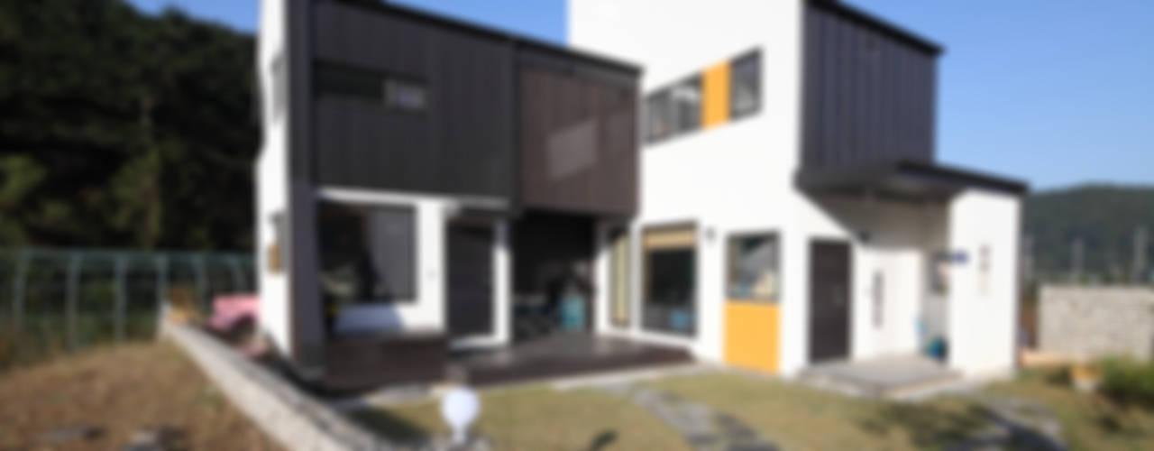 따로또 같이, 한지붕 두가족 통영주택: 주택설계전문 디자인그룹 홈스타일토토의  주택,모던