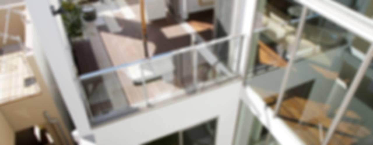 家族の気配を感じる大空間の家: TERAJIMA ARCHITECTSが手掛けたテラス・ベランダです。