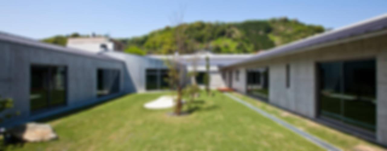 Modern style gardens by 依田英和建築設計舎 Modern