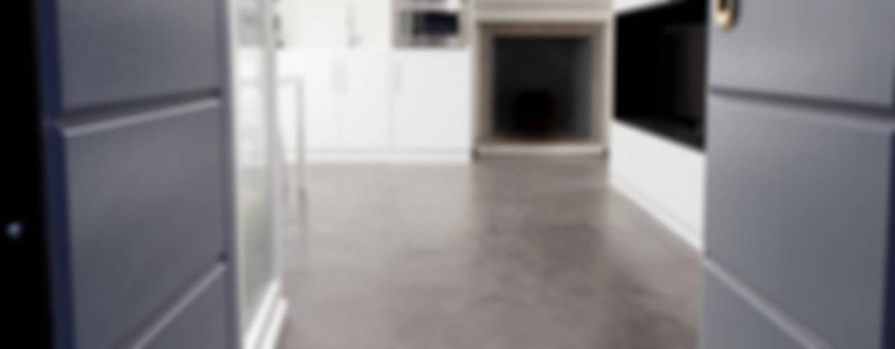 Pasillos, vestíbulos y escaleras de estilo minimalista de 23bassi studio di architettura Minimalista