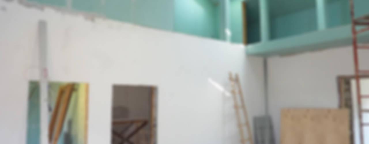 Загородный дом в поселке Загорянский Гостиная в скандинавском стиле от eugene-design.com Скандинавский