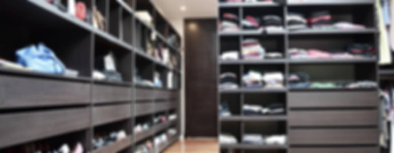 CASA EN PILAR: Vestidores y placares de estilo  por Estudio Arqt
