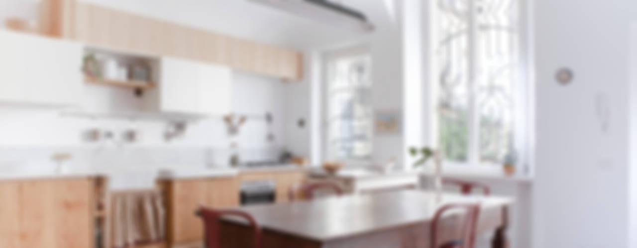 Cucina Bianca Moderna Con Tavolo Antico.5 Cucine Che Combinano Lo Stile Classico E Moderno