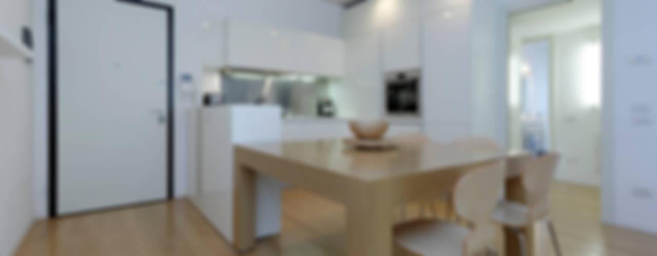 APPARTAMENTO PER UNA PICCOLA FAMIGLIA. Cucina moderna di ROBERTA DANISI ARCHITETTO Moderno
