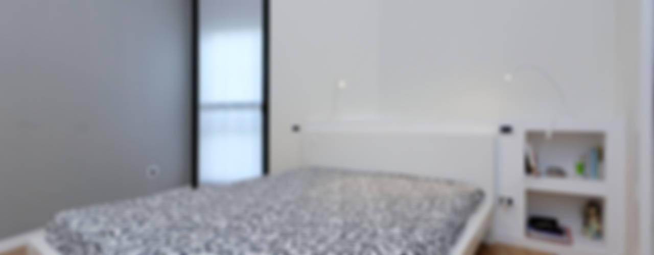 APPARTAMENTO PER UNA GIOVANE COPPIA Camera da letto moderna di ROBERTA DANISI ARCHITETTO Moderno