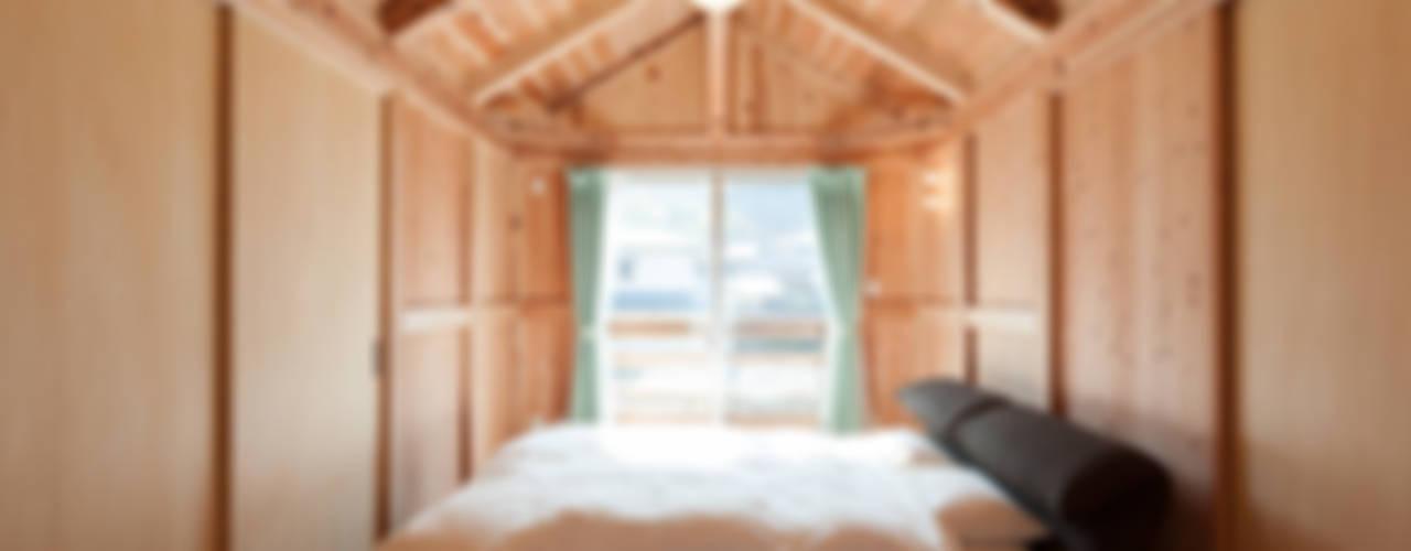 石井の住宅 カントリースタイルの 寝室 の 中飯賀業建築研究所 カントリー