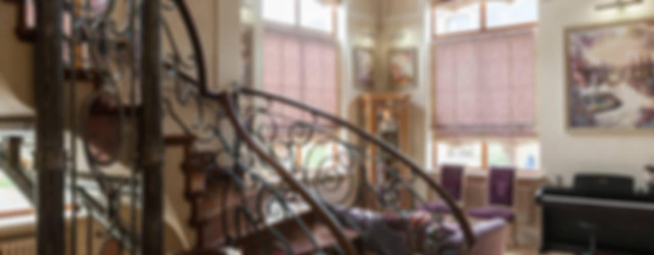 Pasillos y recibidores de estilo  por Интерьеры от Марии Абрамовой , Mediterráneo