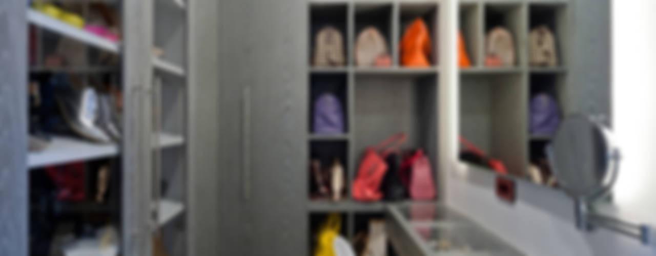 DEPARTAMENTO EN CUERNAVACA: Vestidores y closets de estilo moderno por HO arquitectura de interiores