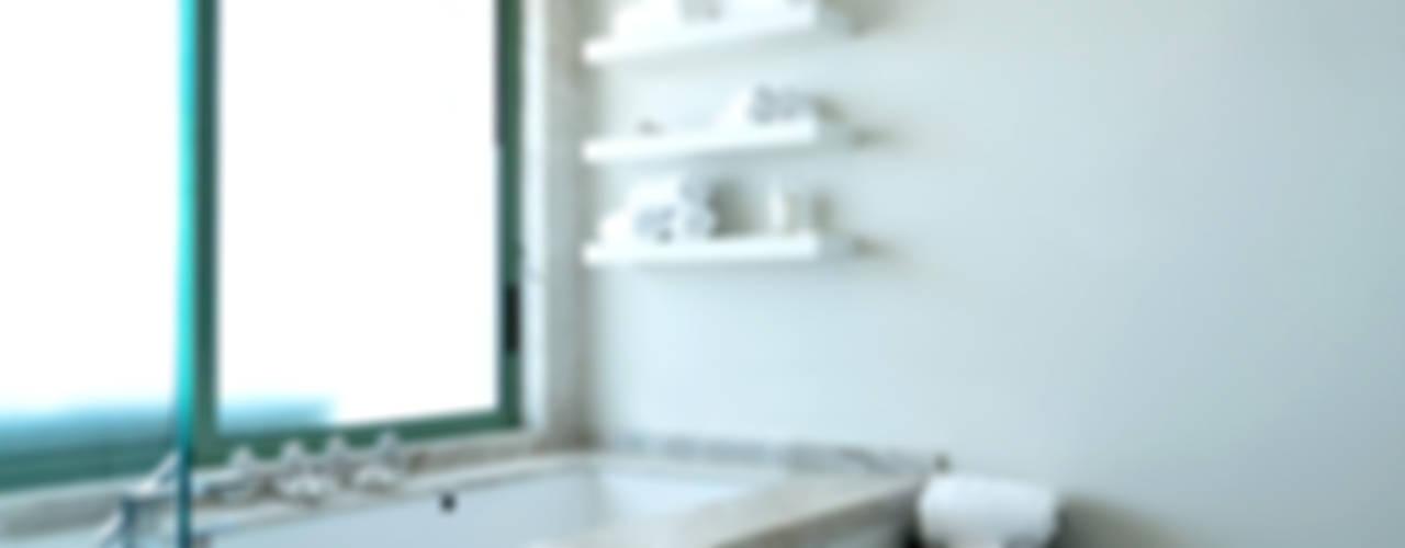 Nowoczesna łazienka od Erika Winters® Design Nowoczesny