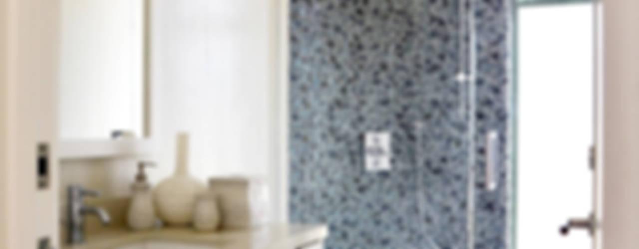 Baños de estilo moderno por Erika Winters® Design