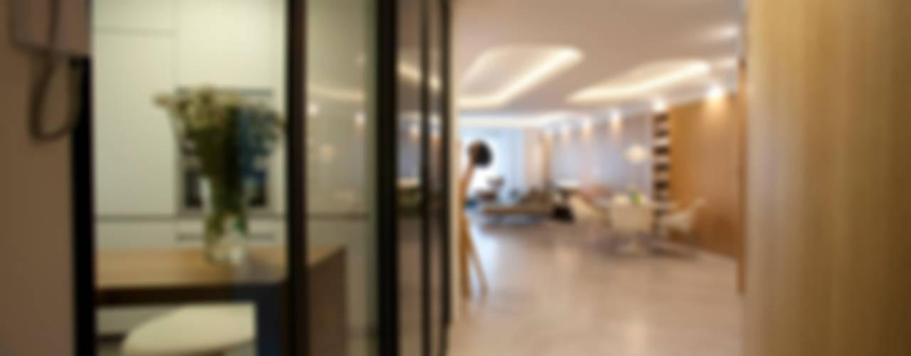 Ingresso, Corridoio & Scale in stile moderno di MADG Architect Moderno