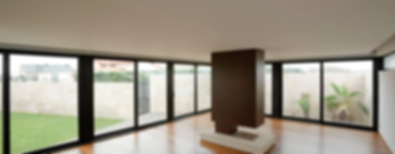 Casa das Dunas: Salas de estar  por arquitectura e design
