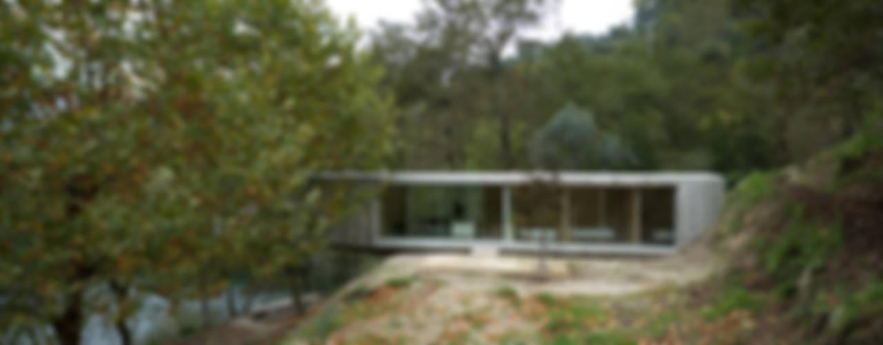 Casa no Gerês: Casas  por CORREIA/RAGAZZI ARQUITECTOS,