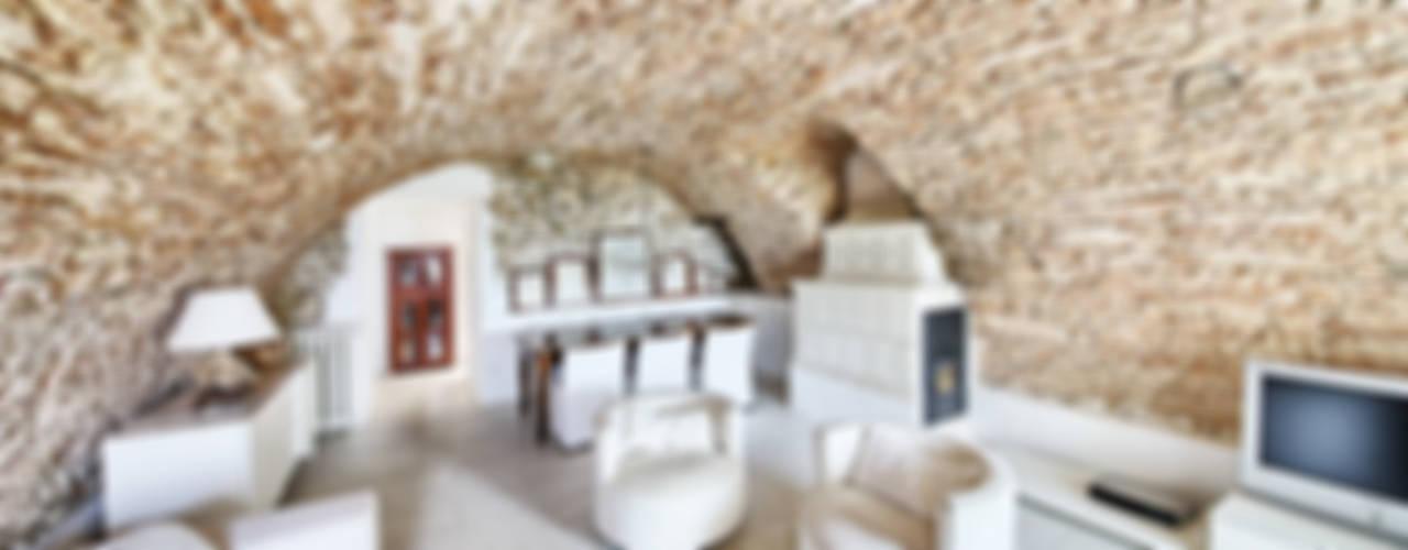 RISTRUTTURAZIONE: una casa da monte affacciata sul lago Soggiorno in stile rustico di STUDIO PAOLA FAVRETTO SAGL Rustico