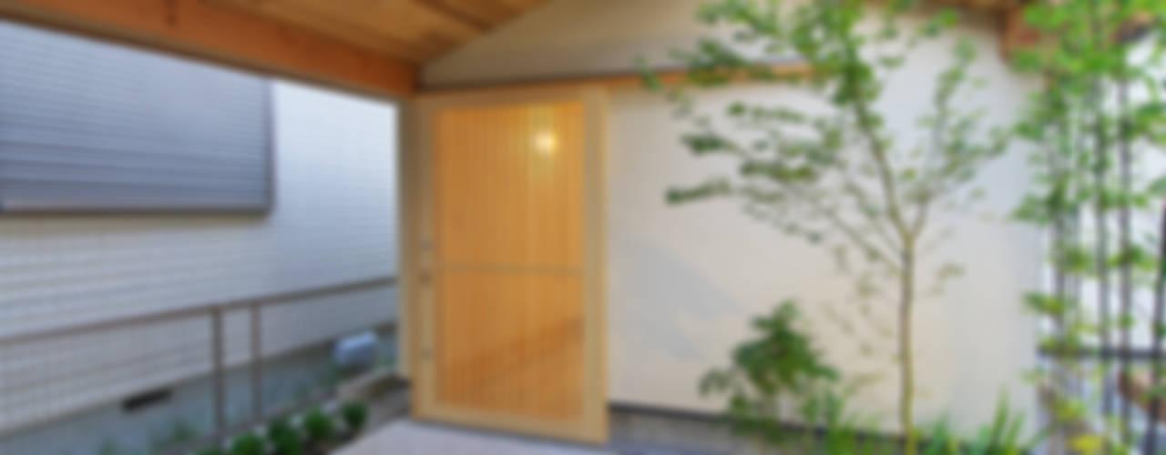 Eklektyczny ogród od 五藤久佳デザインオフィス有限会社 Eklektyczny