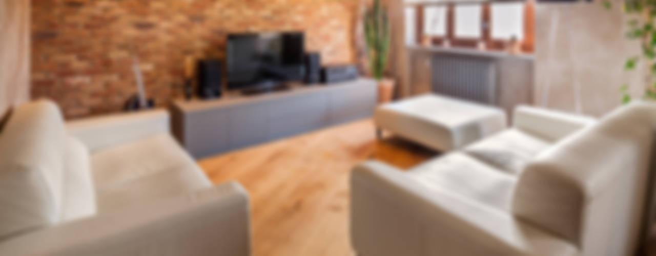 Abbandonare l'impronta tradizionale senza rinunciare ad un ambiente caldo e confortevole Soggiorno in stile industriale di AMlab Industrial