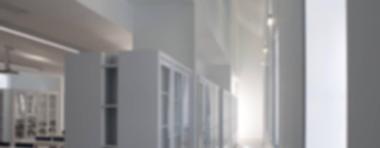 Complexo Escolar – Edifício social: Escritórios e Espaços de trabalho  por ACANTO Ldª,