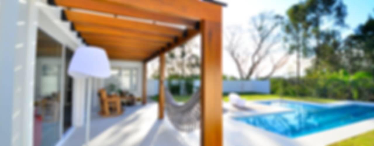 Contempory Home Balcone, Veranda & Terrazza in stile moderno di ARQ Ana Lore Burliga Miranda Moderno
